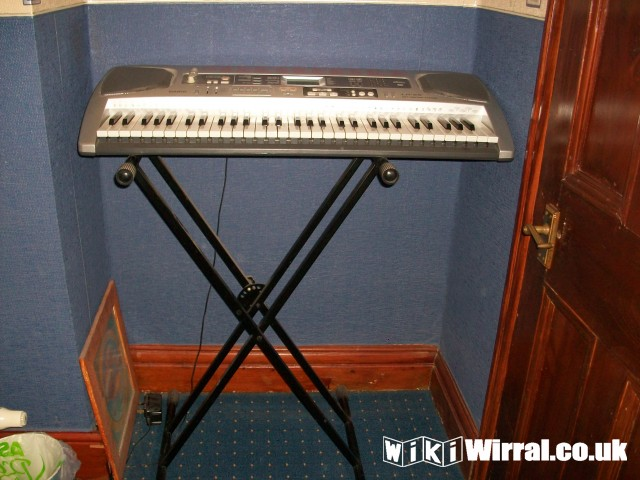keyboard with stand.JPG